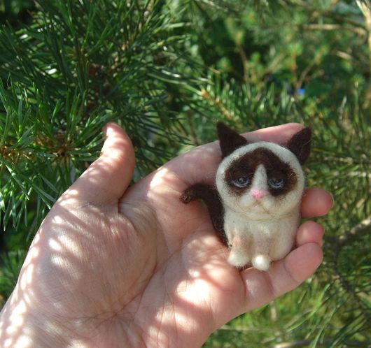 Броши ручной работы. Ярмарка Мастеров - ручная работа. Купить Брошь кот Грампи (Grumpy Cat) Гремпи. Handmade. Комбинированный