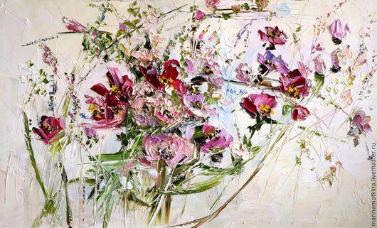 Красивая бежевая топленого молока пастельная картина маслом коттедж спальню гостиную холл на втором этаже с вишневыми красными лиловыми розовыми голубыми бирюзовыми цветами роз и пионов Марина Маткина
