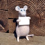 Куклы и игрушки ручной работы. Ярмарка Мастеров - ручная работа игрушка валяная из шерсти мышка белая с плакатом Протест. Handmade.