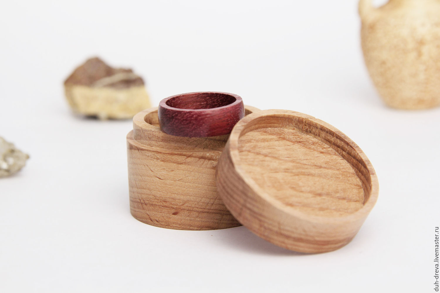 Box of wood for ring