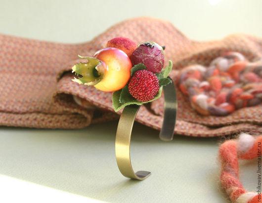 Браслет чокер на металлической основе под бронзу с ягодами `Осенний`