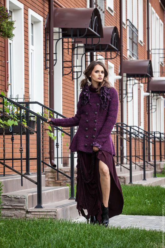 V_013 Жакет «Цикломен» приталенный, с баской, двубортный, с баклажановыми оборками, ручная вязка. V_014 Платье «Англотранс».