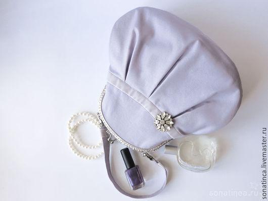Вы можете легко дополнить сумочку своими аксессуарами, что добавит ей индивидуальности. Ожерелье, брошь, лак и духи представлены для примера. Не продаются.