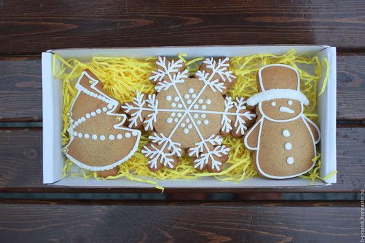Новогодний набор имбирных расписных пряников с начинкой черная смородина - отличный подарок к Новому году и Рождеству. В наборе представлены: пряник елочка, пряник снеговик, пряник снежинка.