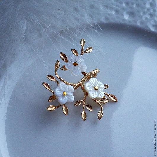 Брошь Яблонька. Нежнейшая маленькая брошка из фурнитуры золотого цвета в виде веточки и цветочков из перламутра, так похожих на цветы яблони. Перламутровые цветочки нежного молочного цвета.