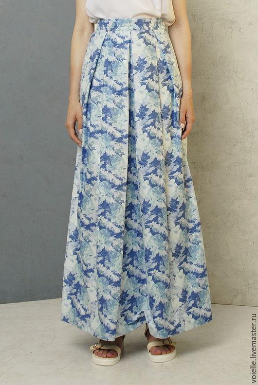 Юбка из льна, хлопка и вискозы летняя с рисунком голубые розы со складками у талии