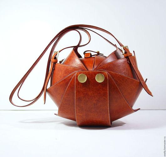 Сумка «Орешек» L ручной работы, сделано из натуральной кожи. Цвет панцирного каркаса – коричнево-рыжий, цвет срезов – коричневый, цвет декоративной строчки - оранжевый. 1