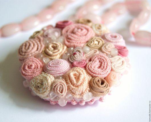 брошь `Розовый кварц` цвет  Pantone весна-лето 2016
