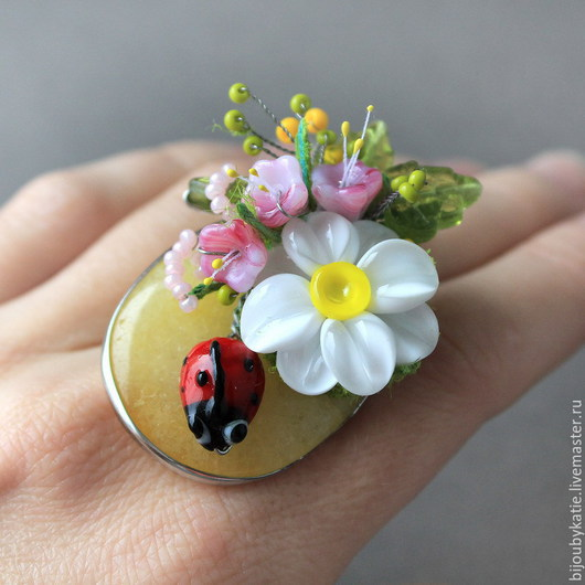 Кольцо перстень лэмпворк Ромашка  Кольцо перстень собрано на основе с природным, натуральным  агатом. Природный агат имеет нежный желтый оттенок