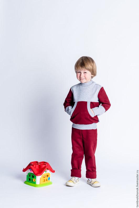 Растущий детский комплект `ТамбВолчонок`, с карманами кенгуру бордо+серый. Мягкий и удобный комплект из хлопкового трикотажа высокого качества.