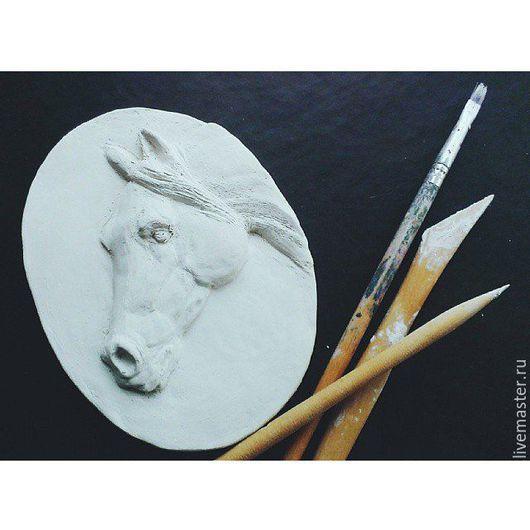 """Элементы интерьера ручной работы. Ярмарка Мастеров - ручная работа. Купить Медальон """"Белая лошадь"""". Handmade. Белый, лошадь игрушка"""