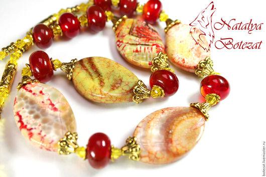 Колье бусы из яшмы мозаичной красный желтый алый бусины стекло lampwork ягоды на позолоченной фурнитуре золотистые кристаллы подарок купить женщине девушке коллеге