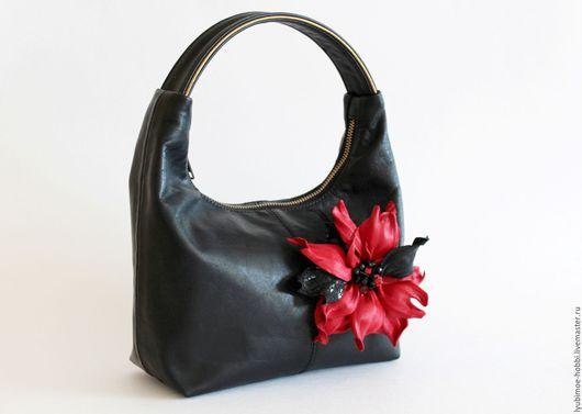 Броши ручной работы. Ярмарка Мастеров - ручная работа. Купить Черная дамская сумочка из натуральной кожи со съемными цветами. Handmade.