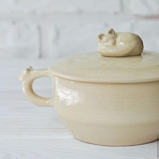 Кружки и чашки ручной работы. Ярмарка Мастеров - ручная работа. Купить Большая кружка со спящей кошкой. Handmade. Бежевый
