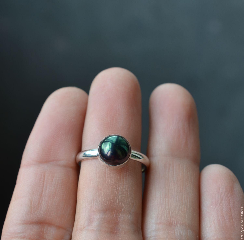 кольцо с жемчугом на руке