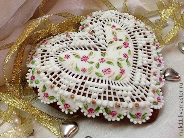 """Пряники имбирные исполнены в стиле """"Шебби шик"""". Все пряники покрыты сахарной глазурью и украшены ручной росписью, выполненной в нежных пастельных тонах.  Небольшие вкрапления золота придают"""