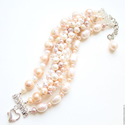 Изысканное украшение на руку – пышный широкий браслет из жемчуга разной формы и размера трех цветов – белый, розовый и лиловый.