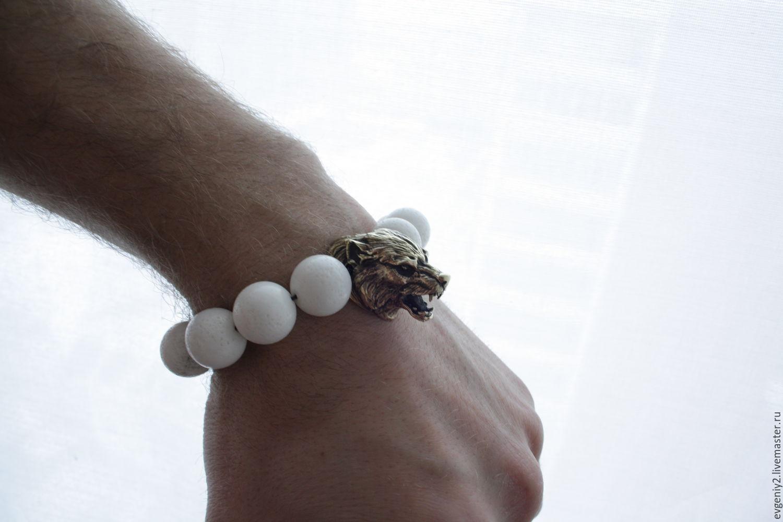 Большой браслет из белого корала с бронзовым волкам
