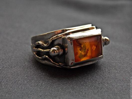 Кольцо с янтарем в серебре,выполненное в авторской технике.