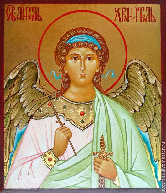 Икона Ангела выполнена на золоте.Крылья также по золотому фону оттеняются цветом,а затем расписываются светлой краской,что придаёт Хранителю воздушность и невесомость подчеркивая его небесную природу