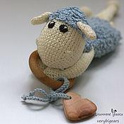 Мягкие игрушки ручной работы. Ярмарка Мастеров - ручная работа Слингоигрушка Овечка Бяша с можжевеловыми бусинами. Handmade.