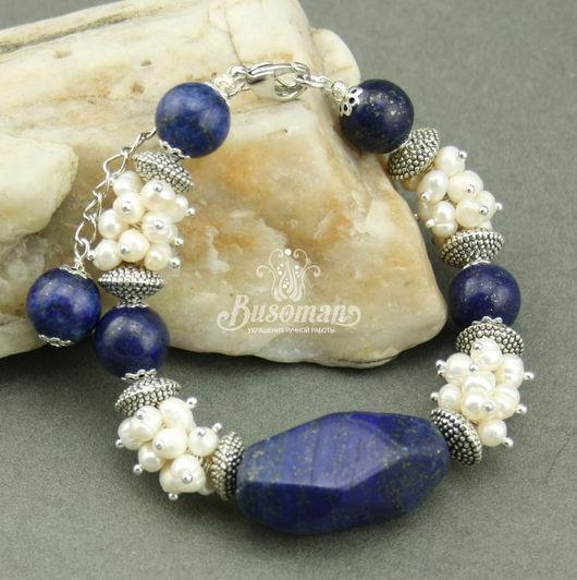 Браслет из лазурита и жемчуга классическое украшение строгий и праздничный браслет в сине-белых тонах