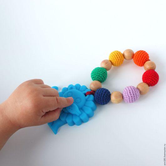 """Развивающие игрушки ручной работы. Ярмарка Мастеров - ручная работа. Купить Грызунок можжевеловый силиконовый вязаный """"Лев"""". Handmade."""