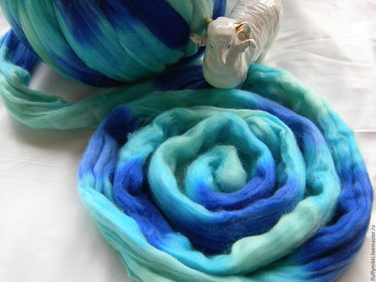 Топс меринос 21 мкм `Морской бриз`  10гр - 35 руб. Шерсть топс меринос 21 микрон, окрашенная в технике ОМБРЕ. Цвета в ленте -  светло-голубой, синий, голубой.  Производство Германия.