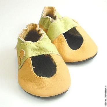 Обувь ручной работы. Ярмарка Мастеров - ручная работа Кожаные чешки тапочки пинетки сандалики жёлтые оливковые ebooba. Handmade.