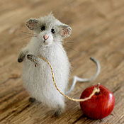 Куклы и игрушки ручной работы. Ярмарка Мастеров - ручная работа Мышь с яблоком. Игрушка. Handmade.
