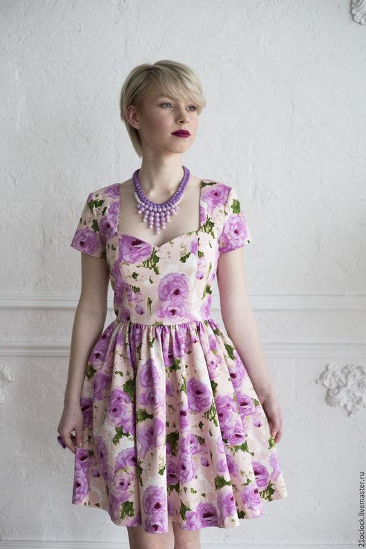 Потрясающее платье с розами вызовет восторг всех в радиусе ста метров. Платье сшито из достаточно плотной ткани, что позволяет юбке оставаться пышной без подъюбника.