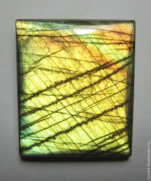 Зеленовато-золотисто-бронзовые оттенки перелива в камне. Вес-129кт. Размер-38х32х9.3