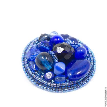 Броши ручной работы. Ярмарка Мастеров - ручная работа. Купить Вышитая бисером синяя брошь маленькая круглая, чешское стекло, подарок. Handmade.