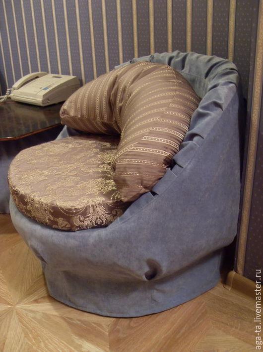 Съемный чехол на округлое кресло. Дополнительно изготовлены еще подушка `сидушка` и подушка `спинка`. Подушки также имеют съемные чехлы.
