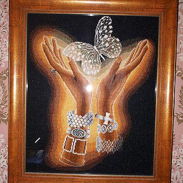 """Картины и панно ручной работы. Ярмарка Мастеров - ручная работа Вышитая картина нитками мулине """"Руки и бабочка"""". Handmade."""