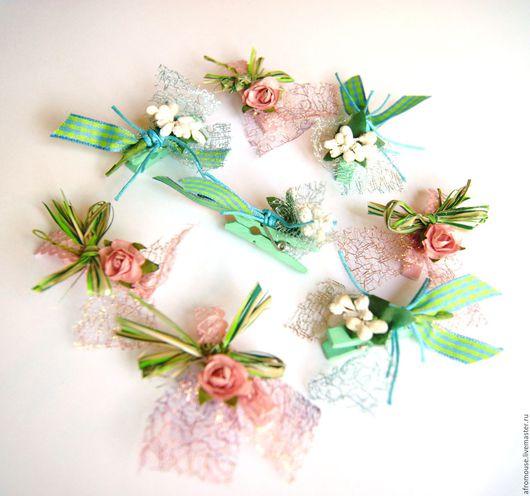небольшие декоративные прищепки с букетиками из лент и цветов