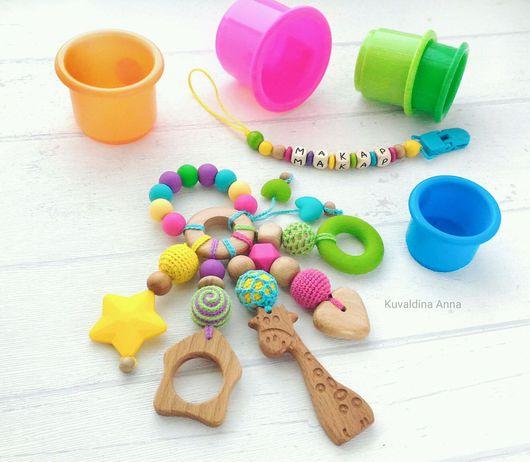 Развивающие игрушки ручной работы. Ярмарка Мастеров - ручная работа. Купить Комплект: погремушка-развивашка-грызунок с именем держателем Радуга #5. Handmade.