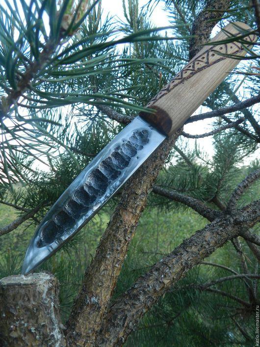 Якутский нож. лезвие ножа украшено узором `рога оленя`, характерным для народов севера, путем гравировки. Рукоять с элементами пирографии. Даниил Нашатырев.
