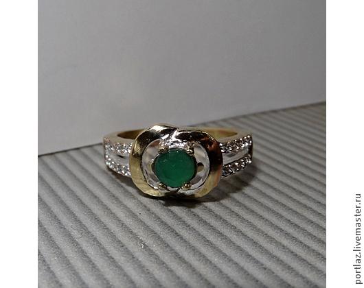 Эффектное современное кольцо ручной работы с хризопразом и бесцветными фианитами может понравиться любительницам золотых украшений, оно сделано из ювелирного сплава цвета желтого золота 750 пробы. 18