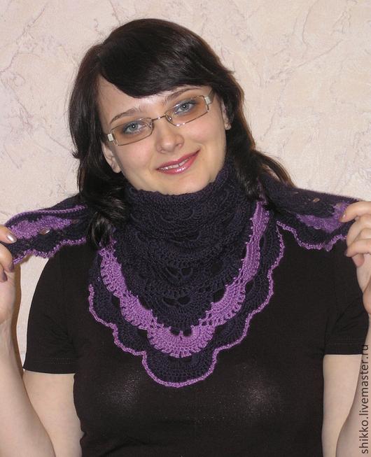 Вязаный крючком ажурный бактус темно-сливового цвета. Бактус, мини-шаль, шейный платок вязаный ажурный сливового цвета.