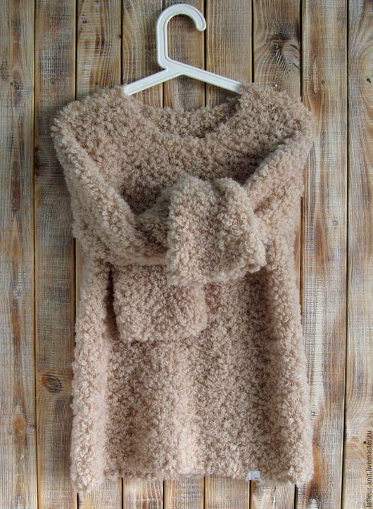 Бежевый свитер-букле