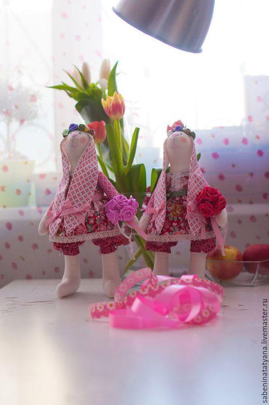 Зайка - весеннее чудо в розовом, станет прекрасным подарком к любому празднику и просто так))), чУдным украшением любой комнаты, добавит в них нотку весеннего настроения и душевного тепла.