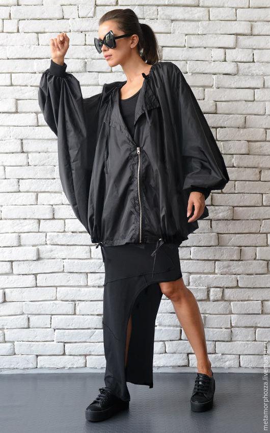 Куртка на молнии. Черная куртка на молнии. Верхняя одежда.