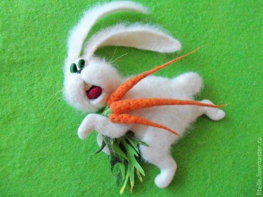 """Игрушки животные, ручной работы. Ярмарка Мастеров - ручная работа. Купить """"Заяц убегаец"""" магнит на холодильник. Handmade. Белый, заяц"""