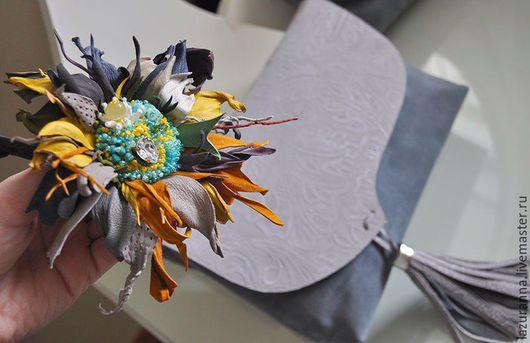 Женские сумки ручной работы. Ярмарка Мастеров - ручная работа. Купить Сумка-клатч  натуральная кожа-замша, брошь цветок. Handmade.