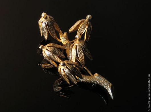 Giovanni Винтажная брошь в виде цветов оформленных на веточке.  Винтажная брошь из бижутерного сплава золотого тона. Украшение маркировано Giovanni.