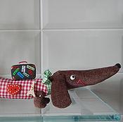 Подарки к праздникам ручной работы. Ярмарка Мастеров - ручная работа такса-путешественница текстильная подарок путешественнику. Handmade.