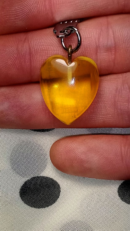 Брелок на ключи из Балтийского янтаря в форме сердечка!