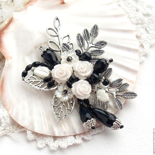 """Броши ручной работы. Ярмарка Мастеров - ручная работа. Купить """"Белые розы"""" - брошь. Handmade. Чёрно-белый, брошь с розами"""