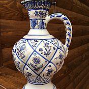 Антикварный керамический кувшин с серебряной крышкой.